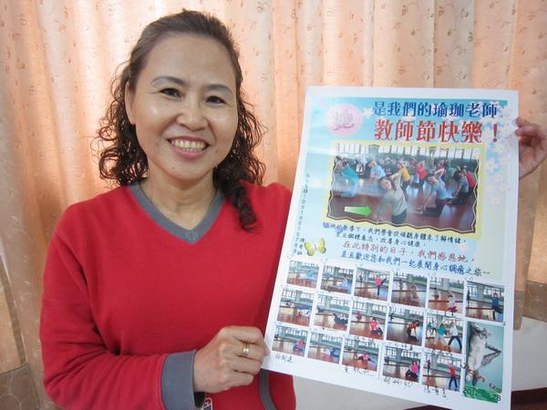 陳俊秀手持學員們所特製的感謝海報,她說:「我很喜歡,也感到很窩心。」(林子婷攝)