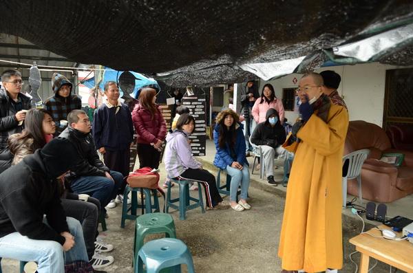 由暨大師生組成的內埔農業後援會在農友家中發表訪調成果,連關心議題的出家人也前來參與。(柏原祥攝)