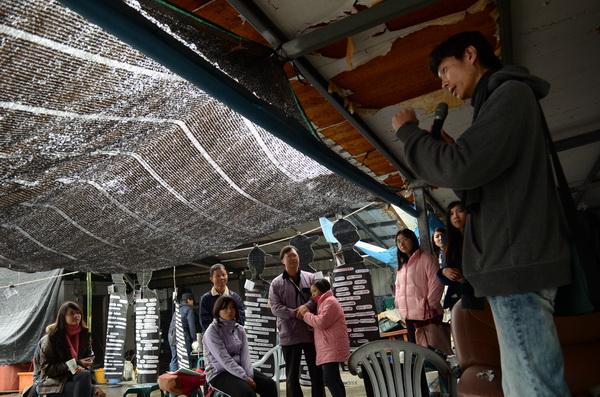 農鎮聯盟紀錄片導演許文烽(右),也前來參與內埔農業後援會訪調成果報告,並發表看法。(柏原祥攝)