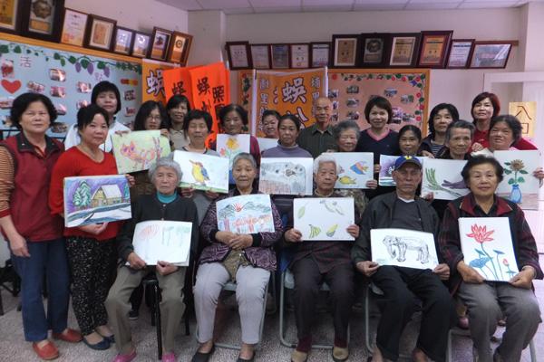 埔里蜈蚣社區的阿公阿嬤畫作生動自然。(唐茹蘋攝)