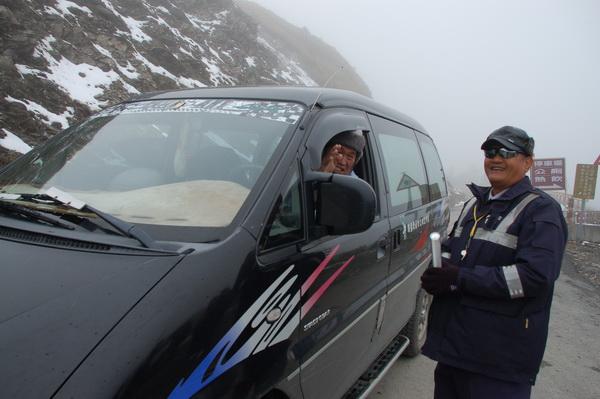 仁愛警分局員警雪季時常要上合歡山執行雪地勤務,過程相當辛苦。(柏原祥攝)