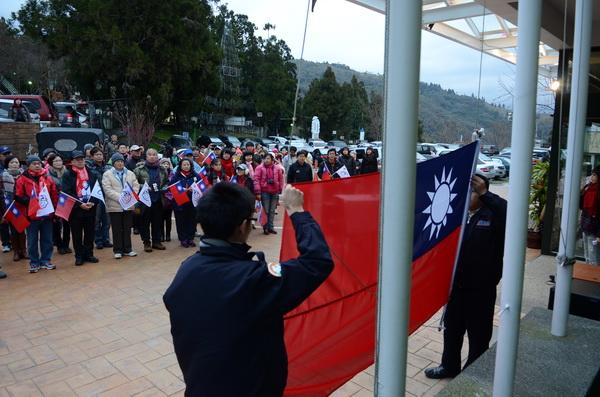 南投縣最高海拔的升旗典禮在清境,清晨氣溫逼近零度,仍擋不住熱情參與的民眾。(柏原祥攝)