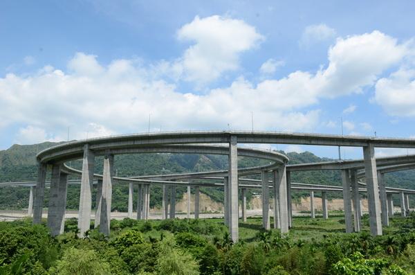 交通部研擬國道六號計程收費,引起地方極大的關注,圖為國姓鄉「橋聳雲天」景色。(柏原祥攝)