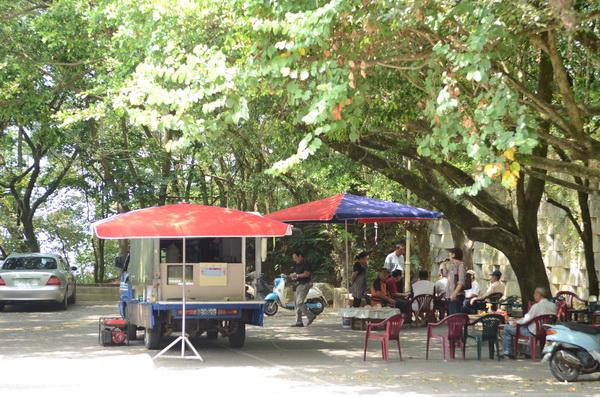 埔里地理中心碑及虎頭山常有流動卡拉OK進駐。(柏原祥攝)