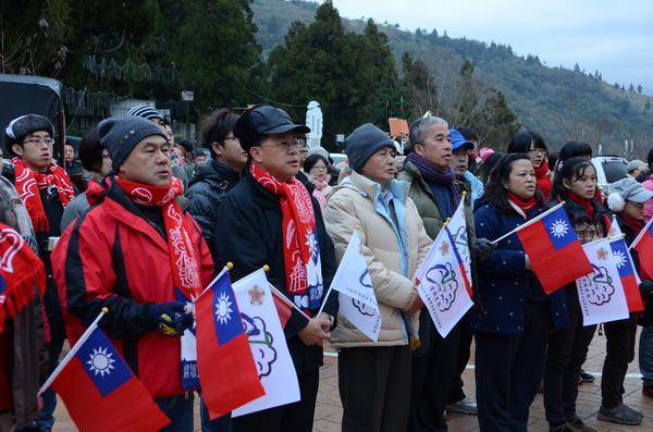 清境農場場長劉遠忠(前排左二)涉貪,圖為他今年元旦參與升旗的場景。(柏原祥攝)