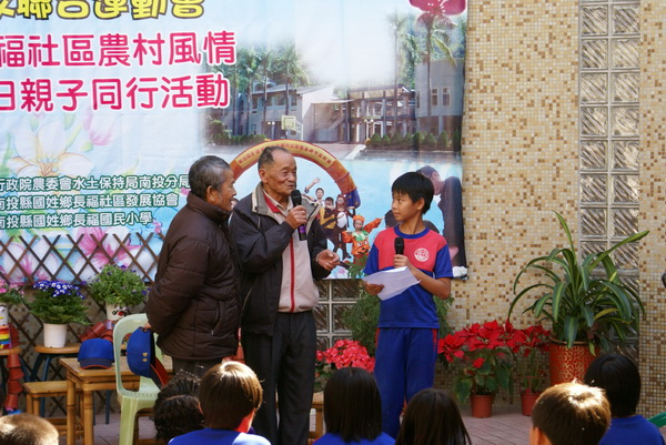 長福村第一屆村長劉瑞景(中),在社區校慶運動會中述說長福村開發的故事。