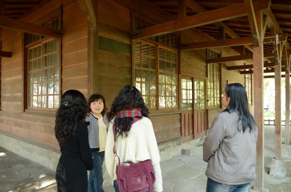 文化局副局長張怡芬(左二)來到燕始林瞭解現況。(柏原祥攝)