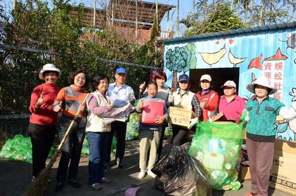 蜈蚣社區志工們一起做資源回收,為老人賺取加菜金。(柏原祥攝)