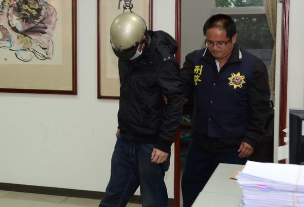K他命入侵校園,警方逮捕指使運毒的茆姓男子(左)。