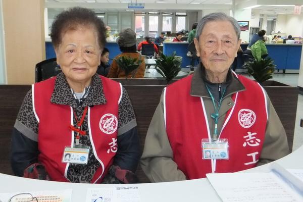 洪燕齡(左)揪老伴一起做志工,利用餘生勤做服務,開心又防老。(唐茹蘋攝)