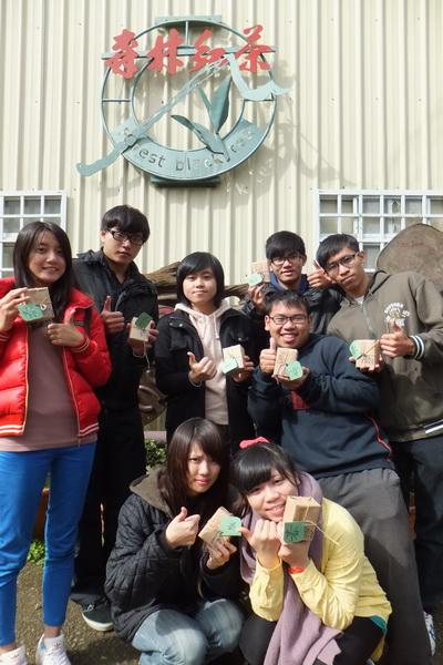 暨大同學協助設計行銷跨年茶,希望讓仙楂腳的採茶阿嬤好過年。(唐茹蘋攝)