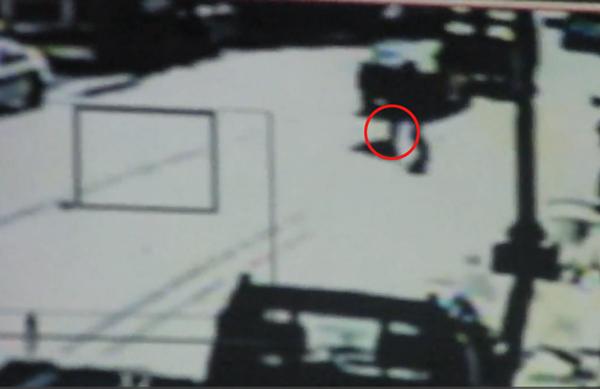 重機撞傷小女孩,從監視器畫面上可見到,楊姓騎士對著倒地的小女孩踹一腳。(圖/翻攝自網路)