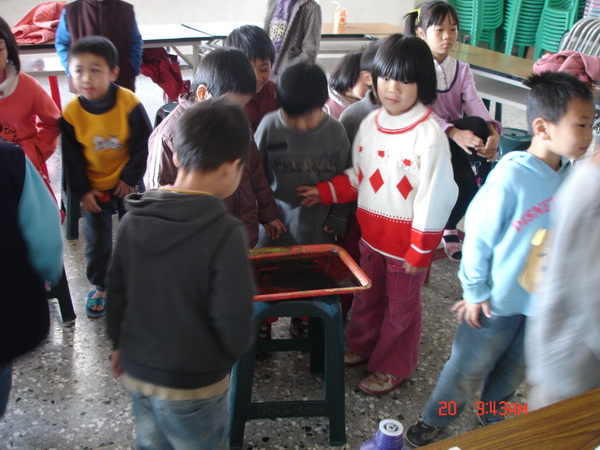 孩子透過手作活動玩得不亦樂乎。(南投家扶提供)