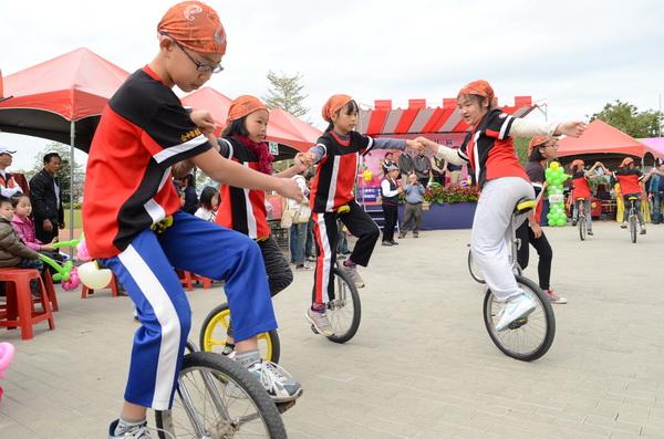 忠孝國小獨輪車隊展現絕佳平衡技巧與默契。(柏原祥攝)