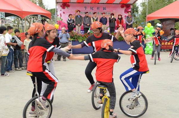獨輪車對於學童運動神經統合有絕佳的幫助。(柏原祥攝)