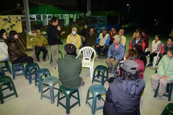 來自暨大的內埔農業後援會學生成員,在內埔社區發表訪調成果。(柏原祥攝)