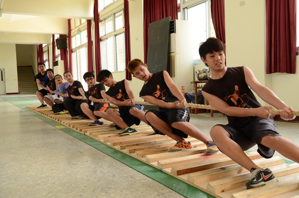 宏仁國中與南光國小至山明戲院看電影《志氣》,圖為宏中拔河隊員練習的情形。(柏原祥攝)