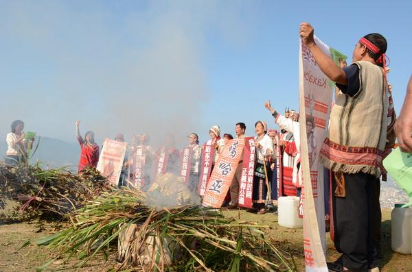 埔里噶哈巫族人穿著傳統服飾,至虎頭山上施放狼煙,表達正名的訴求。(柏原祥攝)