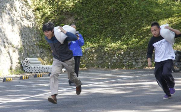 仁愛鄉山林守護隊考試,背沙包負重賽跑是考試項目之一。(柏原祥攝)