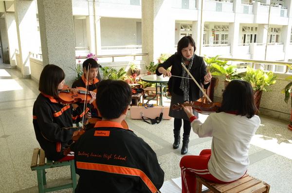 大成國中弦樂團勇奪全國學生音樂比賽特優,指導老師林幗貞功不可沒。(柏原祥攝)