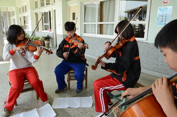 大成國中弦樂團勇奪全國學生音樂比賽特優,平常團員們就在走廊上練習。(柏原祥攝)