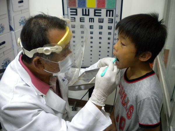 仁愛鄉山區看牙不方便,必須仰賴巡迴醫師駐診,小朋友久久才能看一次牙。(圖/紅葉國小提供)