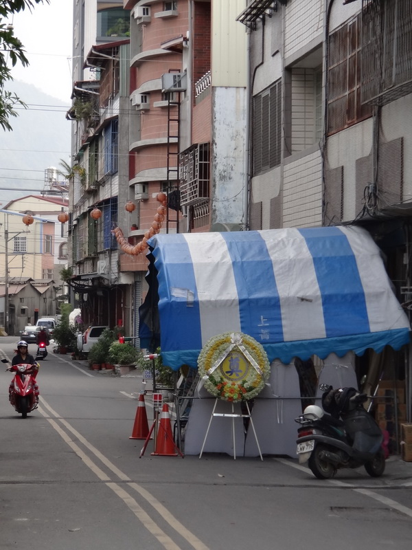 由於大埔里地區無殯儀館,民眾往往須在馬路上為往生者辦喪事。(柏原祥攝)