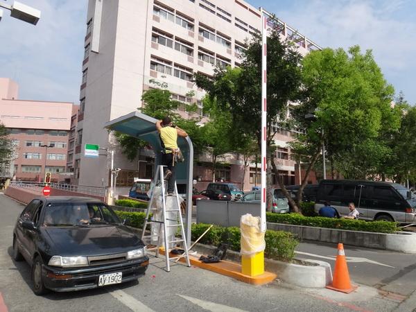 埔基醫院四月將收停車費,工程人員加緊建置收費系統。(柏原祥攝)