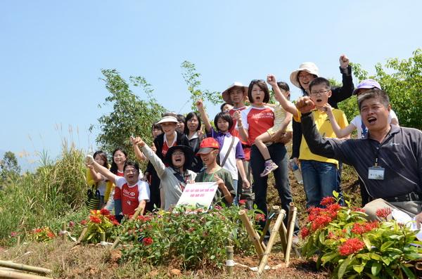 匯豐銀行員工與埔里鎮蝴蝶志工們,在虎頭山上種下食草與蜜源植物。(柏原祥攝)
