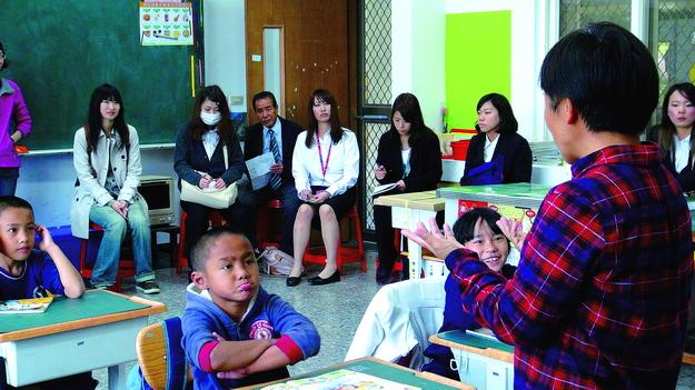 日本關西大學教育系學生參訪仁愛鄉萬豐國小。(諾爾攝)