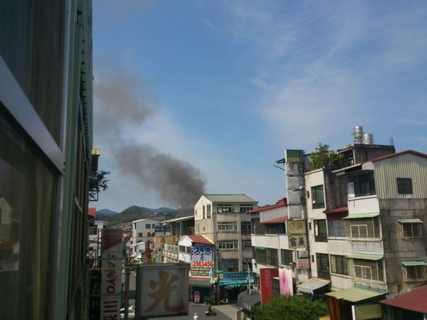 三二七地震沒多久,「亞標」牛肉麵後方一棟民宅冒出黑煙。(陳里維攝)