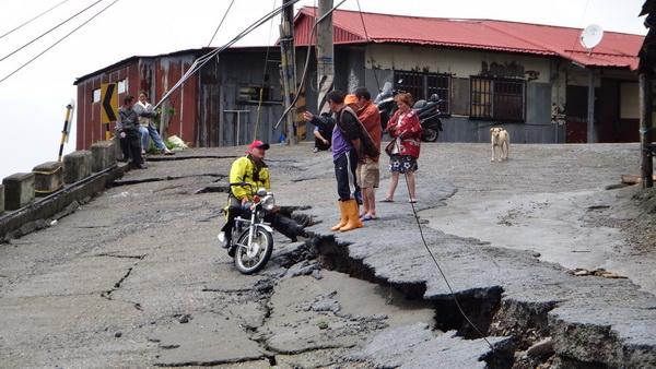 力行產業道路沿線已發生地滑現象,廖博毅指出,豪雨與大地震,可能會在此區產生嚴重災情。(諾爾攝)