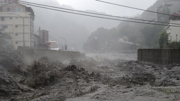 近年來仁愛鄉常發生超大豪雨,大地震後更容易造成土石崩落,仁愛鄉處境讓人擔心。(圖為2012年六一○雨災暴漲的塔羅灣溪)(柏原祥攝)