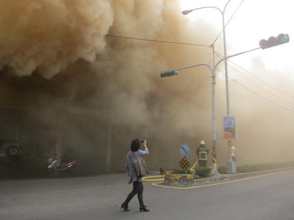 埔里啄木鳥藥妝店及Nissan汽修廠發生大火,濃煙竄天,兩家廠房及店面付之一炬。(里程碑攝)