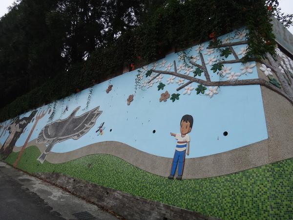 五城國小藝術牆面,呈現客庄桐花風情。(柏原祥攝)
