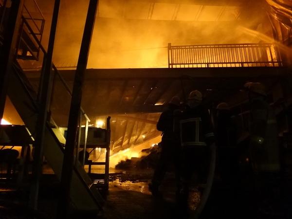 埔興礦泉水倉庫失火,消防隊員在熊熊烈焰中救災,場面相當驚險。(柏原祥攝)