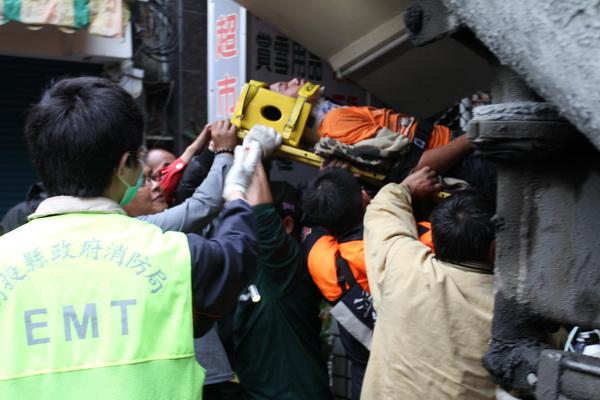 混凝土車撞進商店,謝姓駕駛頭破血流,五個小時候終於被救援人員救出。