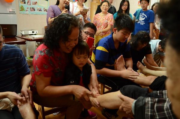 愚人基金會舉辦母親節溫馨活動,子女、兒孫們為媽媽或阿嬤洗腳。(柏原祥攝)