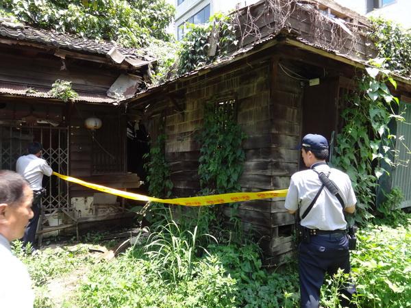 童木生診所木造平房內部發現無名屍,警方拉封鎖線調查。(柏原祥攝)