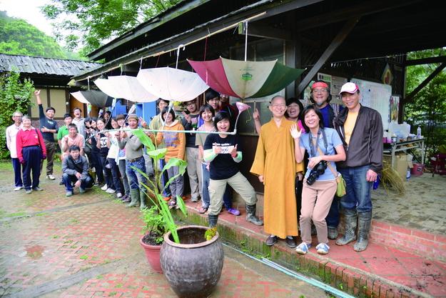 亞曼指導關心水資源議題的朋友,利用廢雨傘製作雨撲滿。(攝影∕顏新珠)