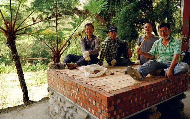 劉建湘(右)是勤勞的農夫與好學的蝴蝶生態解說員,希望將藏機閣打造為人與蝴蝶都可以安居樂活之地。