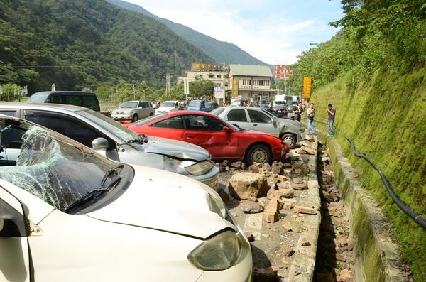 六○二強震,台十四線埔霧公路觀音瀑布路段大量落石砸毀數輛汽車。(柏原祥攝)