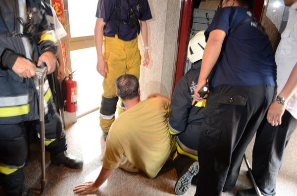 大埔里地區發生強震,一棟大樓電梯發生故障,住戶受困,被警消人員拖救出來。(柏原祥攝)