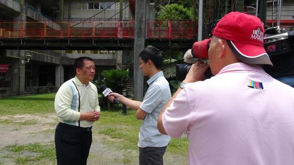 地震博士廖博毅(左)在親愛國小任教,接受中國大陸央視特別專訪。(諾爾攝)