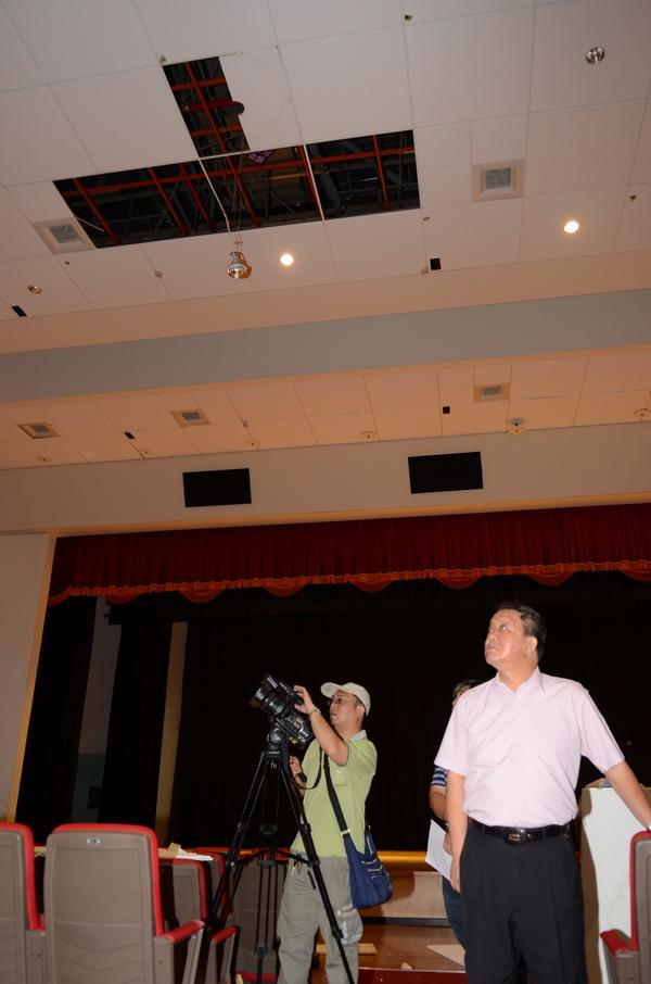 受到三二七及六○二烈震影響,埔里藝文中心展演廳天花板掉落,牆壁也出現裂縫漏水。(柏原祥攝)