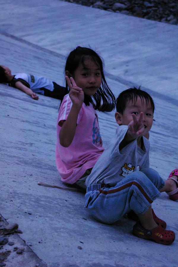 俞國珠一雙兒女在埔里也找到開心的節奏。(俞國珠提供)