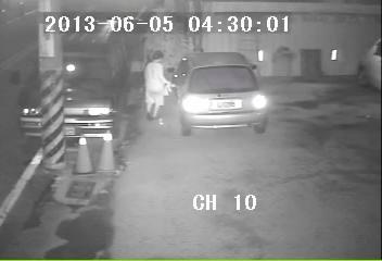 疑似老婦人的嫌犯整整刮了車子一圈,受害柯姓婦人表示要花兩萬重新烤漆。(柏原祥翻攝)