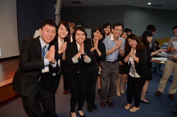 暨大餐旅管理學系畢業專題成果發表,同學們穿著正式,表現活潑。(柏原祥攝)