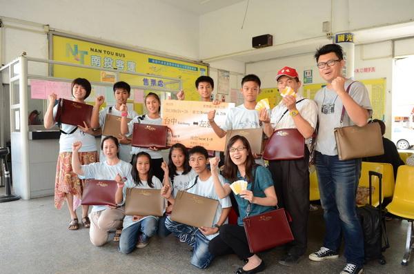 萬豐國小師生完成手工皮包,販賣所得,用作畢業旅行旅費,廿四日在南投客運開心出發。(柏原祥攝)