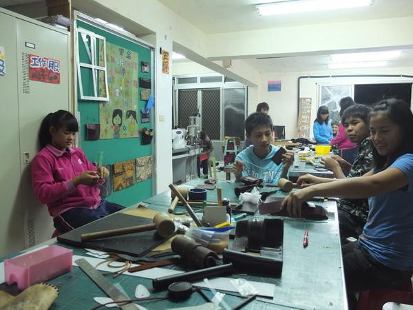 萬豐國小六年級小朋友利用晚上時間製作手工皮包,為自己爭取畢業旅行的旅費。(曹峻昌攝)